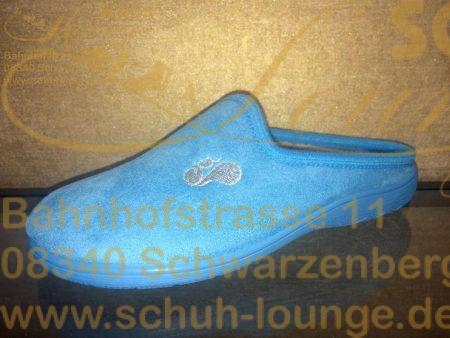 Ein schicker hellblauer Damenpantoffel aus dem Hause Eichhorn wird Sie überzeugen. Er besteht außen aus hellblauem Samt und innen aus grauem super weichem Microfaser. Die Innensohle lässt sich herausnehmen, somit können Sie auch Ihre Einlage in den Hausschuh legen. Der Pantoffel hat eine hellblaue Außensohle aus rutschfestem Gummi.