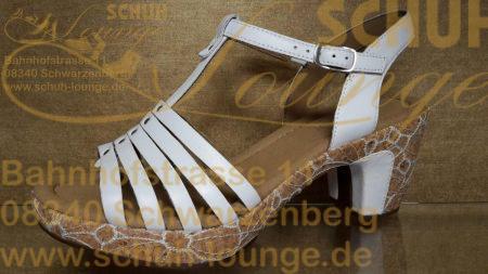 Nicht nur für festliche Anlässe ist diese schicke Sandalette aus weißem Leder mit silbernem Nietenbesatz.