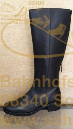 Klassisch und schlicht zeigt sich dieser Langschaftstiefel aus schwarzem Kalbsleder, der zu jedem Outfit und jeder Tageszeit passt.