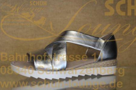 Kombistarke Sandalette aus Metallic-Sibernem Effektleder, mit 2 verdeckten seitlichen Stretcheinsätzen für den schnellen Schuhwechsel.